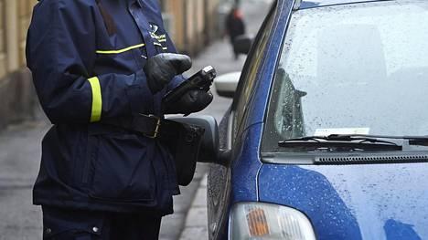 Helsingin uusi ilmasto-ohjelma ottaa kävelyn, pyöräilyn ja joukkoliikenteen lisäämisen ohella voimakkaan kannan myös pysäköintipolitiikkaan.