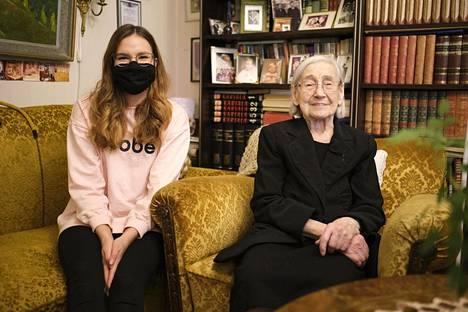 Aino Lehtosella, 99, ja Anna Oikarisella, 21, on aina mukavaa yhdessä.