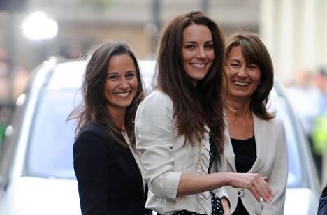 Carole paljastaa haastattelussa antaneensa suuren työpanoksen Catherinen ja Williamin häihin. Kuvassa vasemmalla herttuattaren Pippa-sisko.