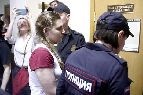 Uusi suuruus -liikkeen kymmenestä nuoresta nuorin on Anna Pavlikova, joka oli pidätyshetkellä vain 17-vuotias. Pavlikova vietti tutkintavankeudessa puoli vuotta ja tällä hetkellä hän istuu kotiarestissa tuomiotaan odottaen.
