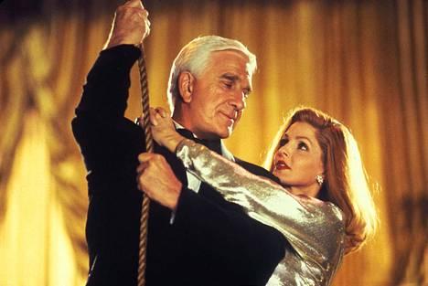 Leslie Nielsen ja Priscilla Presley Mies ja alaston ase -trilogian viimeisessä elokuvassa.