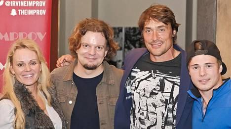 Sirpa, Teemu ja Eemil Selänne olivat katsomassa Ismo Lekolan esitystä The Improv-klubilla.