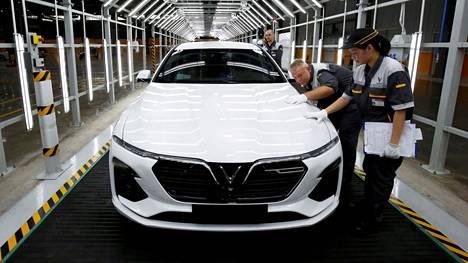 Työntekijät tarkastelevat vasta valmistunutta VinFastin autoa Hai Phongissa Vietnamissa.