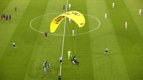 Varjoliitäjä tupsahti kenttään juuri, kun Saksan ja Ranskan peli oli valmiina alkamaan.