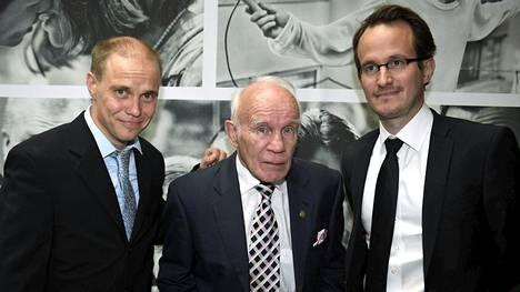 Entistä huippunyrkkeilijää Olli Mäkeä esittävä Jarkko Lahti, Olli Mäki itse ja ohjaaja Juho Kuosmanen Hymyilevä mies -elokuvan pressissä Helsingissä 17. elokuuta