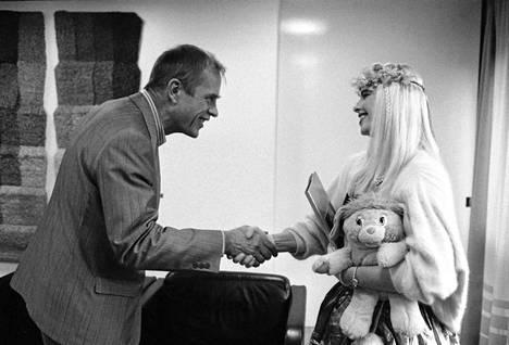 Kansanedustaja Jörn Donner ja Ilona Staller (Cicciolina) tervehtivät eduskunnassa 1988.