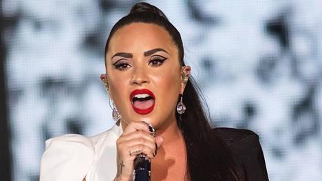 Demi Lovaton hiustyyli koki muodonmuutoksen pitkästä lyhyeksi.