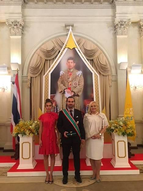 Paasit asettuivat kuninkaallisen palatsin seremonian jälkeen kuvaan Suomen Thaimaan-suurlähettilään Satu Suikkari-Klevenin kanssa.