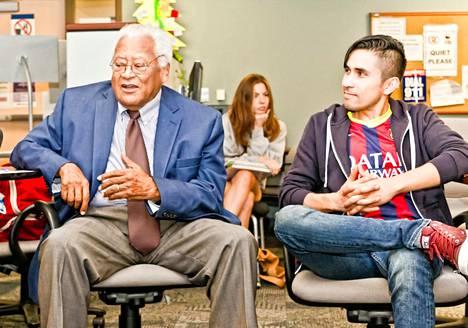 James Lawson luennoi opiskelijoille väkivallattomasta vastustamisesta Cal State Northridgen valtionyliopistossa.