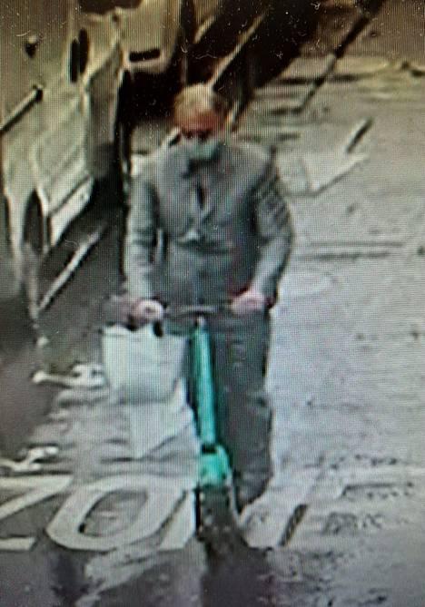 Poliisin julkaisema kuva epäillystä ryöstäjästä.