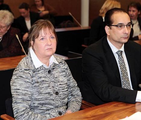 Vanhusten surmista tuomitttu Aino Nykopp Hovioikeudessa asianajaja Heikki Lampelan seurassa. Hovioikeus piti käräjäoikeuden langettaman elinkautisen vankeustuomion voimassa.
