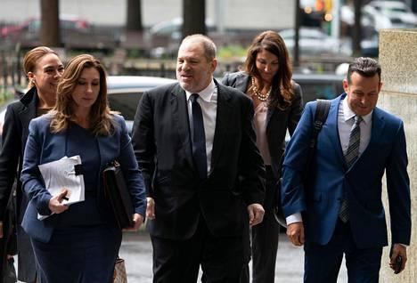 Harvey Weinstein kuvattuna häntä edustavien asianajajien kanssa keväällä.