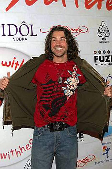 Ace Young riisuu vaatteensa Broadwaylla.