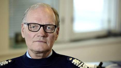 Entinen poliisiylijohtaja Mikko Paatero sanoo, että sisäministeriön virkamiesjohto silottelee tilannetta vastaanottokeskuksissa.