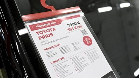 Myynnissä olevan Toyota Prius Hybridin tiedot auton tuulilasissa Rinta-Joupin autoliikkeessä Espoossa.
