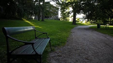 Puotilan kappelin puisto Helsingissä sunnuntai-iltana 31. heinäkuuta 2016. Hätäkeskus sai sunnuntai-iltapäivällä ilmoituksen Puotilan kappelin läheisyydestä puistosta löytyneestä verisestä miehestä.