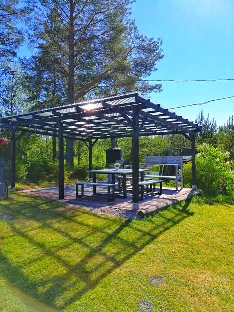 Henri Uotila rakensi appiukkonsa kanssa mökkipihaan katoksen.