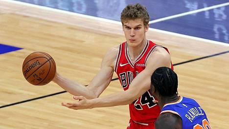 Markkanen New York Knicksiä vastaan pelatussa keskiviikon ottelussa, jonka hän joutui jättämään kesken.