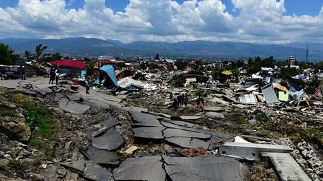 Ihmistä jäi Palussa raunioihin Indonesiassa sunnuntaina. Koko kaupunki kärsi valtavista tuhoista ja kuolleiden määrän uskotaan nousevan.