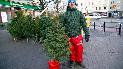 Joulupuiden tuotekehityksen ekologinen ja ilmastomyönteinen huipputuote (vas.) ja ylpeä metsäylioppilas.