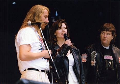 Suomen Hollywood-miniää lennätettiin muun muassa kesäfestareille. 1994 pari nousi legendaarisen Rantarockin lavalle.