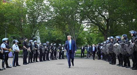 Donald Trump käveli poliisirivistöjen välissä Lafayette Parkin läpi Valkoista taloa vastapäätä sijaitsevalle St. Johnin episkopaalikirkolle.