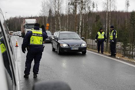 Keväällä uusmaalaisten liikkumista rajoitettiin ja Uusimaa eristettiin muusta Suomesta. Keväällä koronatartunnat olivat keskittyneet lähes yksinomaan Uudellemaalle, tällä hetkellä koronaa on ympäri Suomen.