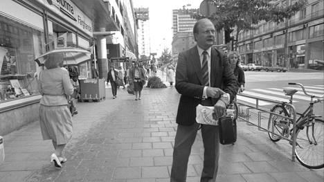 """Stig Engström eli """"Skandia-mies"""" kuvattuna murhapaikan läheisyydessä syyskuussa 1986. Vuonna 2000 itsemurhan tehnyt mies antoi aikanaan runsaasti haastatteluja tiedotusvälineille."""