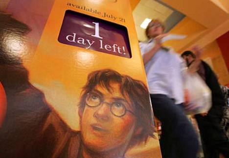 Ensi yönä se ilmestyy. Eli Harry Potterin odotettu viimeinen osa - tosin vasta englanniksi.