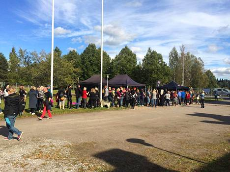 Sadat fanit olivat kiinnostuneita Apulandian avajaisista. Osa jonotti myös ilmaisia Apulanta-ämpäreitä.