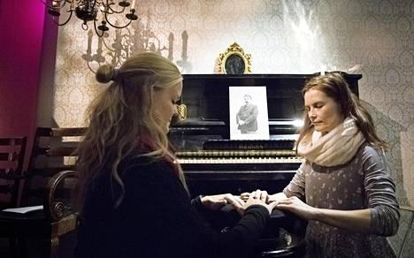 Esineiden liikuttelua kokeilivat Virpi Silenti ja Pia Kondo.