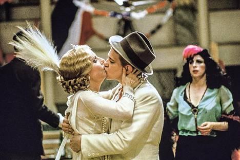 Ettore Scolan sanaton tanssielokuva seuraa 50 vuoden ajan yhden tanssisalin kautta Ranskan historiaa.