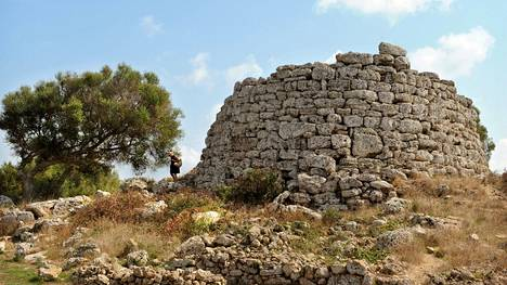 Mallorcan naapurisaarella Menorcalla on säilynyt esihistoriallisia rakennelmia. Kesällä aurinko paahtaa niityt rutikuiviksi, mutta syys-lokakuun sateet saavat ne virkoamaan ja vihertämään.