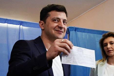Volodymyr Zelensky näytti täytetyn äänestyslippunsa kameroille ja sai sen vuoksi hallinnollisen sakon. Zelensky kertoi näyttäneensä lippuaan toimittajien pyynnöstä mutta myönsi, että tekstin näkyminen oli virhe.