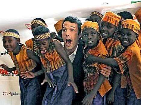 Ben Affleck innostui hulluttelemaan afrikkalaisen lapsikuoron kanssa.