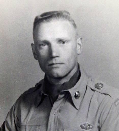 Lauri Törni eli Larry Thorne Yhdysvaltojen asevoimien univormussa.