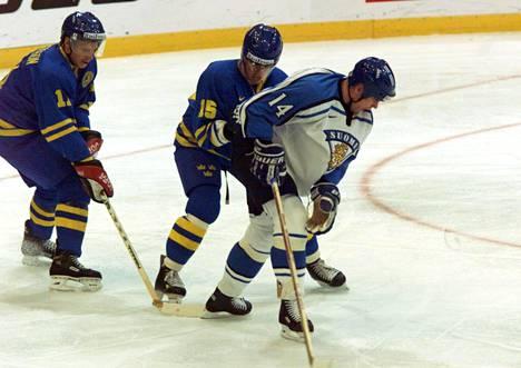 Jan Huokko taistelemassa Raimo Helmistä vastaan Norjassa pelatuissa MM-kisoissa vuonna 1999.