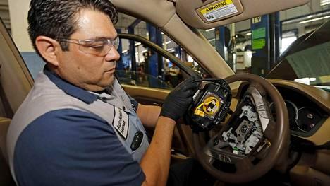 Automekaanikko Edward Bonilla pitelee Takatan valmistamaa turvatyynyn osaa.