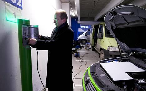 Espoon Tapiolan Kaupintien parkkihalliin asennettiin sähköautojen lataustolpat 2009. Matti Rae opasti tolpan käytössä.