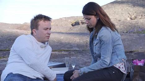 Sari epäröi aluksi suhteen etenevän liian nopeasti. Myös Antti oli varovainen, ja pelkäsi suhteen olevan liian hyvä ollakseen totta.