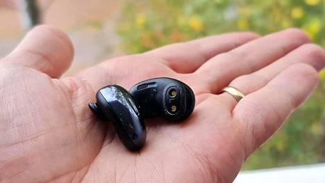 Kuulokkeissa on pienet silikonisiivet, jotka ovat vaihdettavissa istuvuuden parantamiseksi.