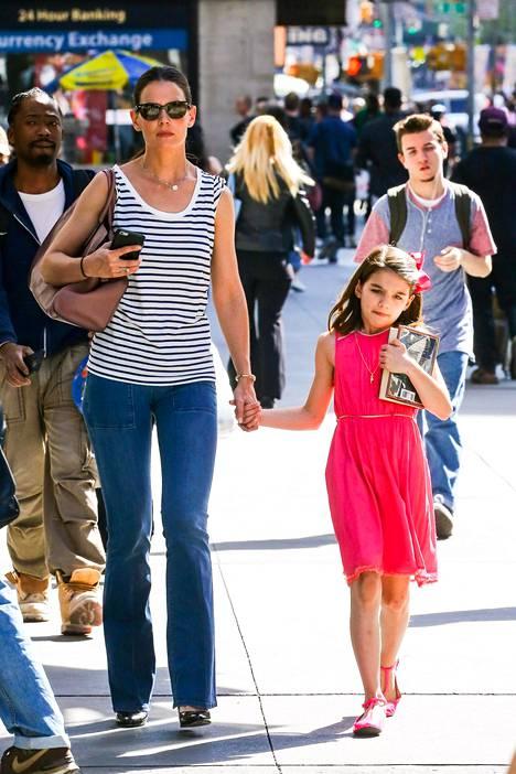 Tom Cruise ei ole nähnyt tytärtään lehtiväitteiden mukaan aikoihin. Katie Holmesin kerrotaan olevan surun murtama tyttärensä puolesta.