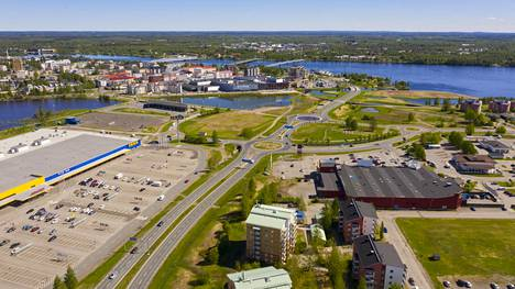 Maisemaa rajalta Haaparannan puolelta, horisontissa häämöttää Suomen Tornio.
