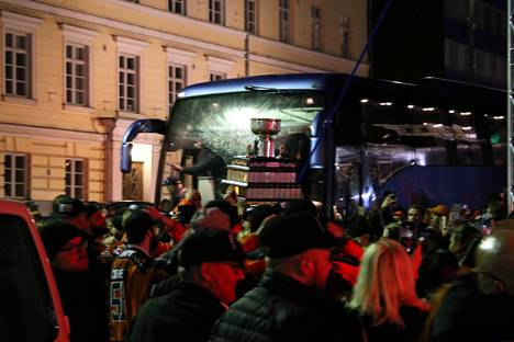 Joukkue saapui torille bussilla.