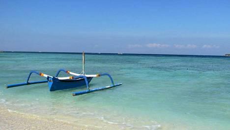 Meri on upean värinen Gili Menolla.
