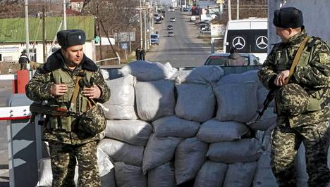 Ukrainan rajavartijoita Odessan kaupungin lähellä sijaitsevalla tarkastuspisteellä.