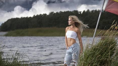 Epätietoisuus tulevasta välillä harmittaa, välillä kutkuttaa. –Ajattelen, että kaikella on jokin tarkoitus ja että tästä tulee taas uusi seikkailu, uutta määränpäätä odottava jääkiekkoilija Lauri Korpikosken avovaimo Janni Hussi sanoo.