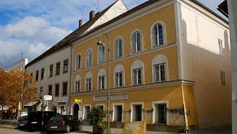 Adolf Hitler syntyi Braunau am Innin kaupungissa Itävallassa vuonna 1889. Parlamentin hyväksymän lain myötä kaupungin viranomaiset pakkolunastavat rakennuksen.
