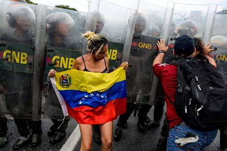 Hallitusta vastustavat mielenosoittajat ottivat keskiviikkona yhteen mellakkapoliisin kanssa. Mielenosoittajat vaativat kansanäänestystä presidentin asemasta.