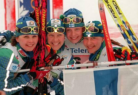 Suomen naisten pronssille hiihtänyt viestijoukkue 1997: Kati Pulkkinen (vas.), Tuulikki Pyykkönen, Riikka Sirviö ja Satu Salonen.